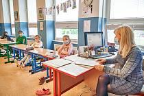 Děti se v pondělí po více než dvouměsíční pauze vrátily do lavic také v největší trutnovské škole ZŠ Komenského.