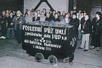 Vytažení posledního vozu s uhlím v radvanickém dolu Kateřina II. Snímek vznikl 1.dubna 1994 v 6 hodin a 15 minut.
