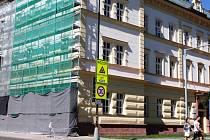VRCHLABSKÁ škola na náměstí Míru.