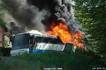 U Nemojova na Královédvorsku zcela vyhořel zájezdový autobus
