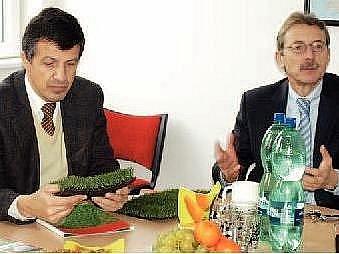EUROPOSLANEC OLDŘICH VLASÁK se seznámil s továrnou na umělý trávník v doprovodu ředitele Juty Jiřího Hlavatého.