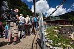 Extrémní fronty na lanovku vedoucí na nejvyšší horu České republiky. Na Sněžku lanovka vyveze stovky turistů denně.