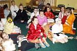 Asijská noc v knihovně Slavoj Dvůr Králové - účastníci akce v maskách