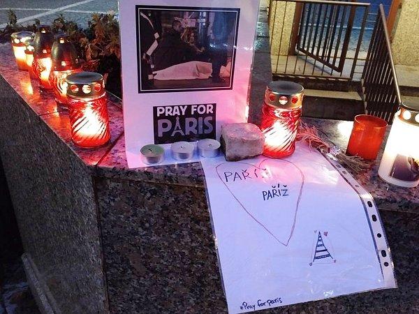 Pietní zapalování svíček na vrchlabském náměstí T. G. Masaryka.