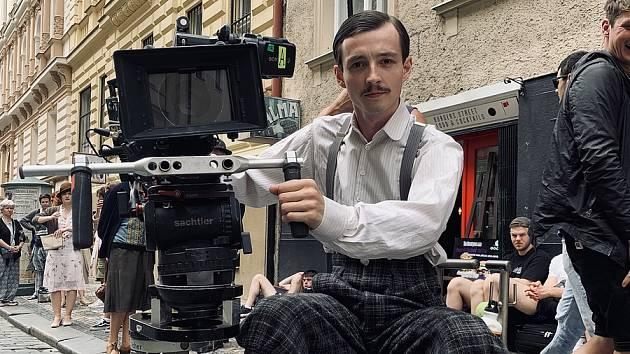 Mladý herec Denis Šafařík pochází z Hostinného.