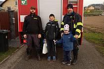 Jan Klimeš (vpravo) při předávání odměn mladým hasičům.