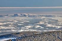 Trutnovský fotograf Miloš Šálek zachytil krásný výhled z Krkonoš z Malé Úpy na Orlické hory.