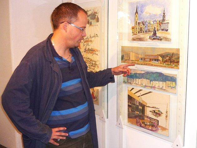 ONDŘEJ VAŠATA ukazuje jeden z obrazů malíře a grafika Karla Kratochvíla, který bude k vidění na výstavě.