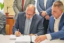 Podpisem smlouvy včera začala rekonstrukce trutnovské nemocnice. Za 183 milionů korun ji provede sdružení stavebních firem BAK a SYNER. Za Královéhradecký kraj připojil podpis hejtman Jiří Štěpán, vpravo ředitel BAKu Radek Mrázek.