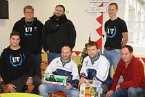 Na novou hernu dětské oddělení trutnovské nemocnice přispěli společně také fanoušci, hráči a trenéři trutnovského hokeje.