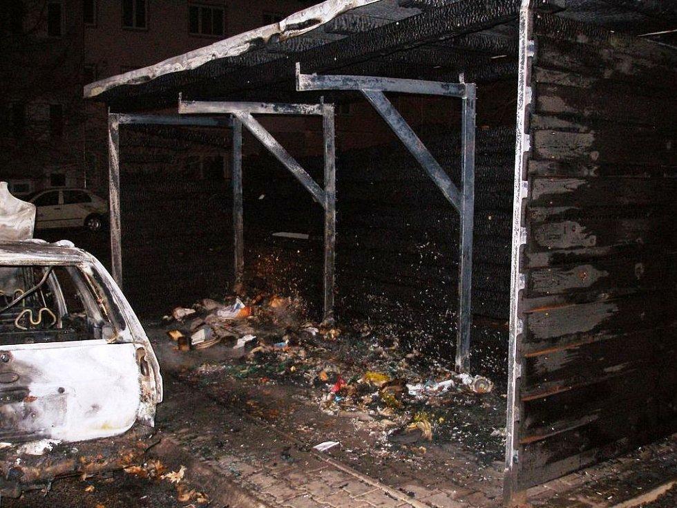 Požár plastových kontejnerů ve Vodní ulici v Trutnově