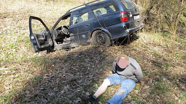 Ujížděl s drogami v autě celníkům, skončil v potoce.