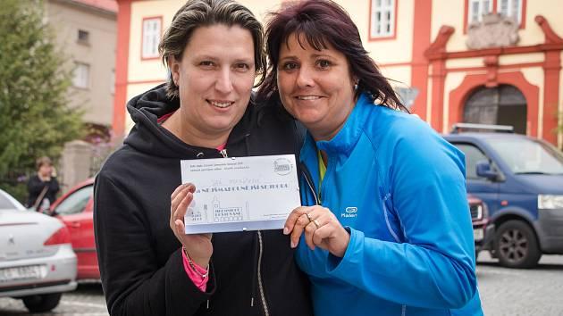 První místo v soutěži o nejchutnější sejkoru získala Jana Mikolášková (vpravo). Převzala vítězné žezlo od své kamarádky Šárky Pitrmucové (vlevo), která vyhrála loni.