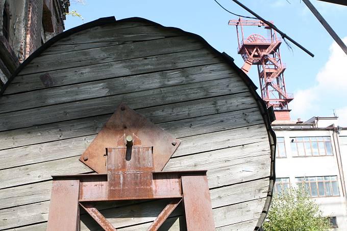 Obrovskou historii má hornictví na Žacléřsku, uhlí se tam dolovalo 422 let.  Jeho dějiny popsal Jiří Mauer.