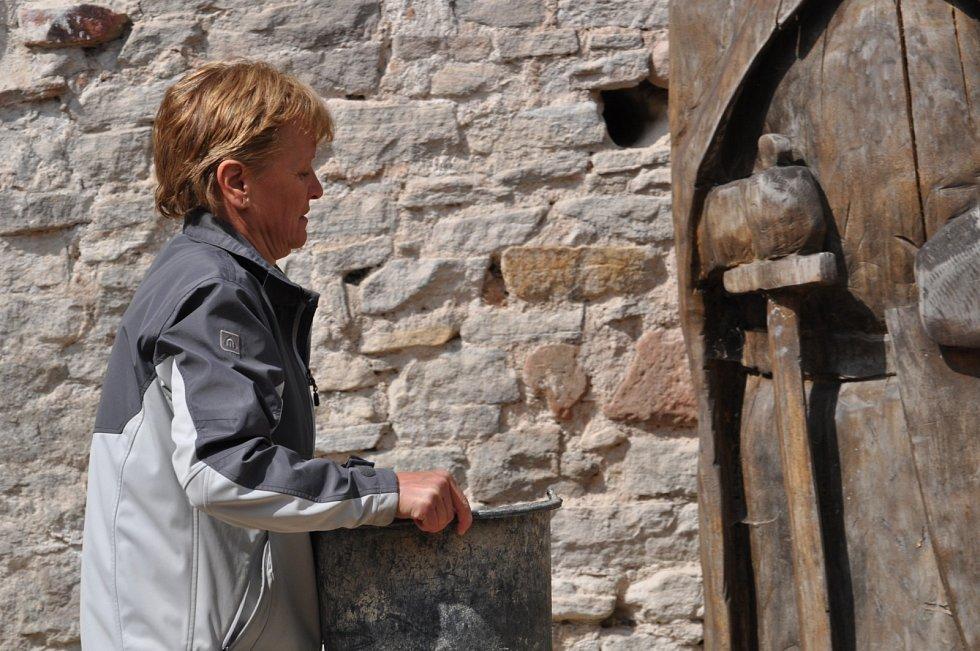 V sobotu 1. května 2021 se opět sešli členové a příznivci Sdružení pro Vízmburk, aby odvedli další kus práce na přípravě hradu pro otevření veřejnosti.
