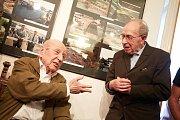 Antonín Just (vpravo) s kamarádem Karlem Hybnerem. Společně tvořili kroniku od roku 1970. Just psal, Hybner fotografoval.
