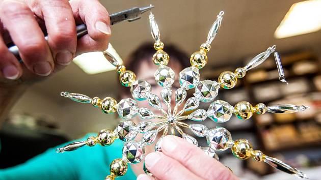 VÝROBA perličkových vánočních ozdob v Poniklé na Semilsku je unikátní na celém světě. Společnost Rautis usiluje o zapsání do seznamu UNESCO.