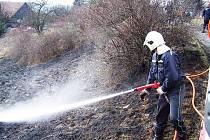 Požár suché trávy v Malých Svatoňovících