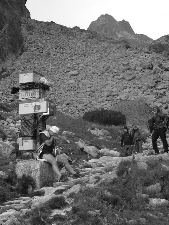 Slovenský šerpa Vladimír Hižnay nesl loni 22. října na Zámkovského chatu ve Vysokých Tatrách 176 kg, posledních 400 metrů však musel náklad snížit o 22 kilo na 154 kg. Na Sněžku hodlá vynést 165 kilogramů.