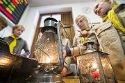 Skauti přivezli do Trutnova Betlémské světlo, symbol míru a přátelství.