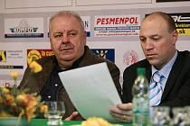 Tisková konference po semifinálovém utkání - vlevo kouč Košic Vladimír Karnay, vpravo tr