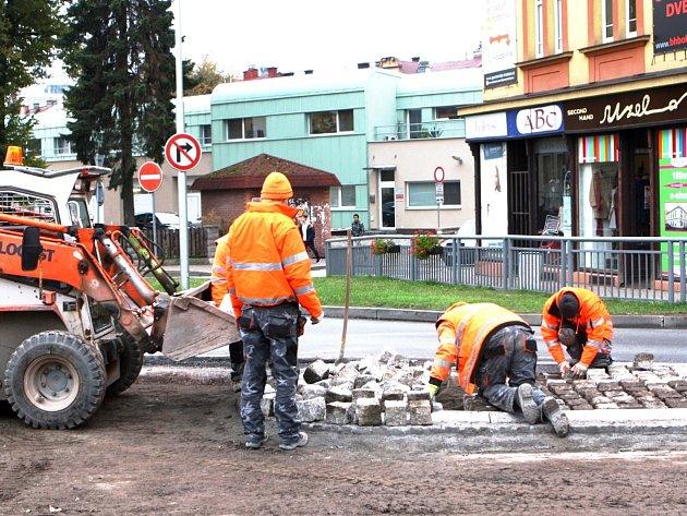 POSLEDNÍ PRÁCE před položením asfaltu v těchto dnech ovládají Polskou ulici v Trutnově. Včera odpoledne se dělníci pustili například do jednoho z budovaných ostrůvků.
