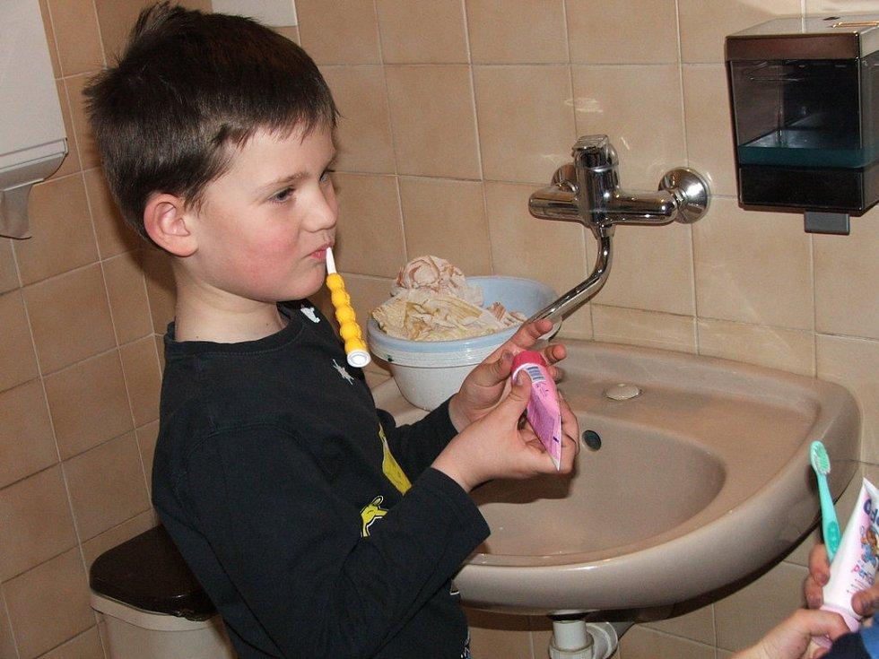 Před spaním se nezapomnělo ani na čištění zubů