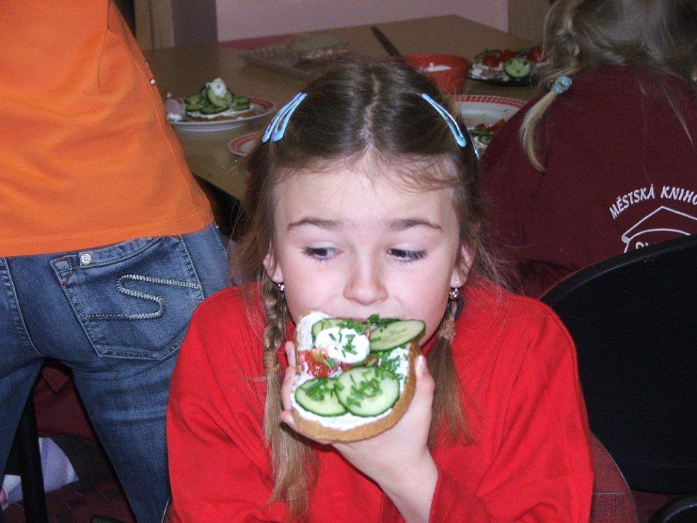 Princeznu solimánskou si připomněly děti při mazání a zdobení chleba s tvarohem