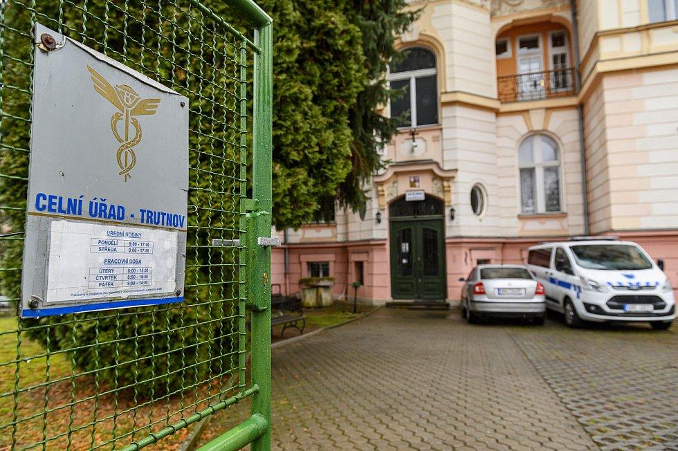 Územní pracoviště Celní správy ČR v Trutnově posledního června skončí. Pro daňovou agendu budou pracovníci firmám k dispozici už jen na dva dny v měsíci. Celníci z jiných složek však nadále zůstanou v budově u městského parku.