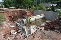 Domů neprojedou. Stavba silnice a kanalizace komplikuje život lidem v Rudníku.