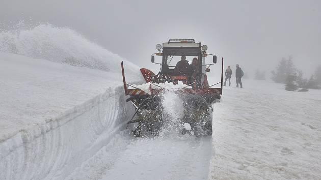 Frézování cesty na Labskou boudu v Krkonoších. Sněžná fréza se ve čtvrtek prokousávala sněhovými bariérami u mohyly Hanče a Vrbaty.