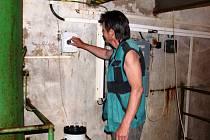 """CHLORNAN SODNÝ se do pitné vody přimíchávat musí ze zákona. """"Snažíme se ho dávkovat jen v nejmenším množství,"""" říká hajnický vodohospodář František Novák."""