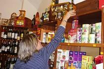 Marie Erlebachová z Trutnova mohla na pulty svého obchodu vrátit zatím jen lahve whiskey, které byly vyrobené do konce loňského roku.