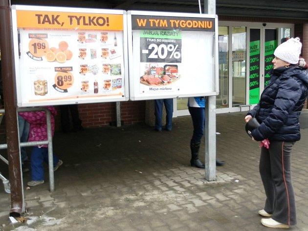 POLSKÉ PRODEJNY POTRAVIN v pohraničí jsou každodenním cílem českých návštěvníků. Jedním z oblíbených nákupních cílů je Biedronka v Lubawce.