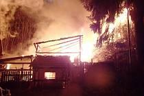 Kůlna sice shořela, uhynula i zvířata, hasičům se ale podařilo uchránit rodinný dům