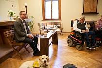 Nejvyšší státní zástupce Pavel Zeman navštívil Klub vozíčkářů Trutnov.