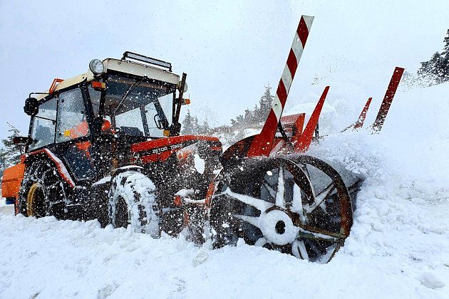Silničáři vúterý 5.května odhrnovali sníh zhorské silnice zHorních Míseček na Zlaté návrší.