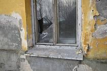 Po nepřizpůsobivých občanech zůstala v bytovém domě v Regnerově ulici v Úpici spoušť. Město ho zbourá.