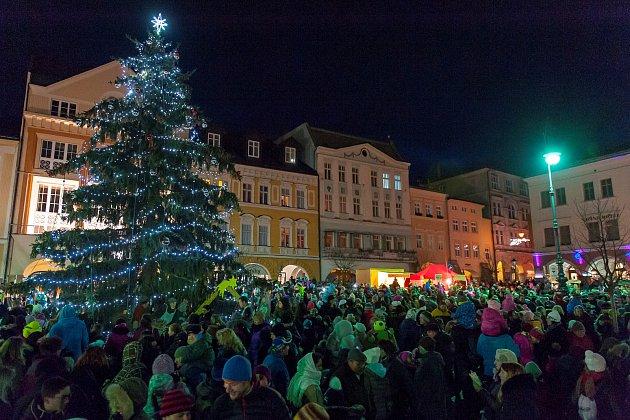 Advent začal, v Trutnově lidé zaplnili Krakonošovo náměstí.