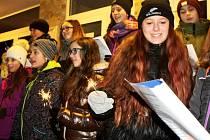 Koledy se zpívaly po celém Česku, v Trutnově u ZŠ V Domcích.