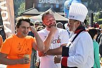 Při loňském ročníku Krakonošova guláše v Peci pod Sněžkou lidé ochutnávali, co jim uvařili herci Saša Rašilov, Pavel Nový nebo Jan Dolanský.