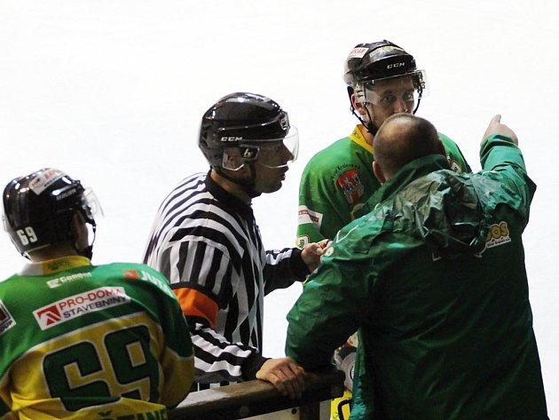 Pět gólů nastříleli druholigoví hokejisté Nymburka (vtmavém ) do sítě Dvora Králové.