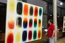 Výstava série obrazů Milana Housera v Galerii Uffo upoutává zajímavou technikou, kterou autor použil.