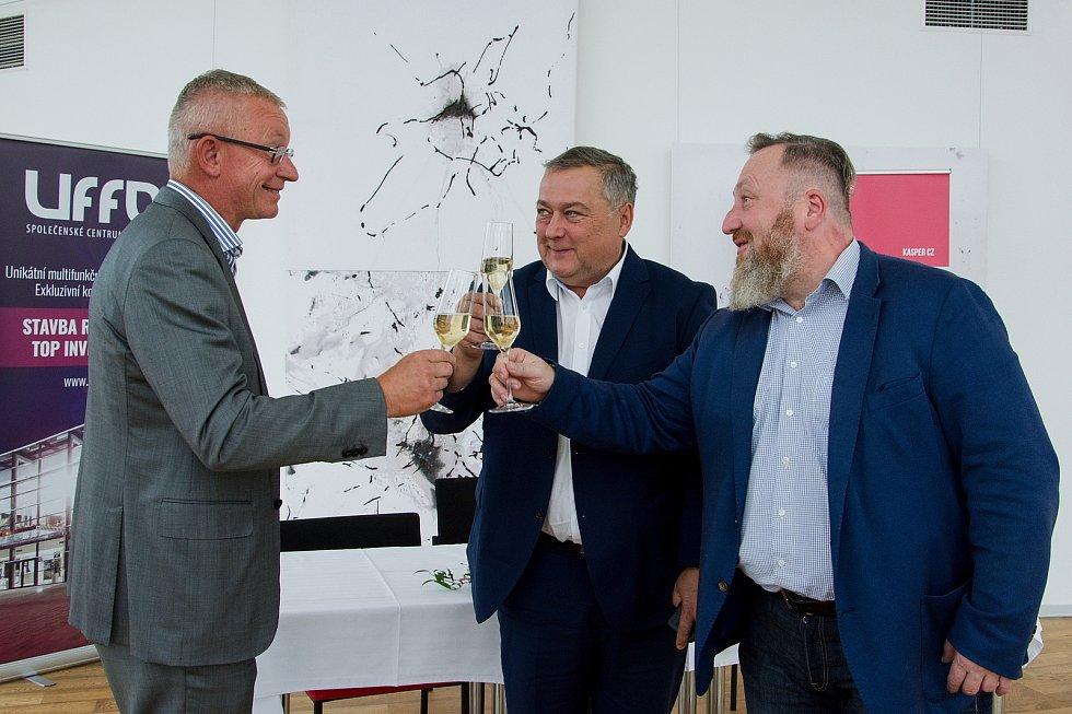 Přípitek na partnerství. Zleva: podnikatel Rudolf Kasper, trutnovský starosta Ivan Adamec a ředitel Uffa Libor Kasík.