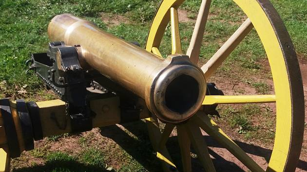 Klub vojenské historie Trutnov si v roce 2001 vyrobil precizní repliku tříliberního horského kanónu z roku 1863.