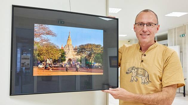 Fotograf a kameraman Miloš Šálek z Trutnova vystavuje v budově městského úřadu fotky z putování Barmou.