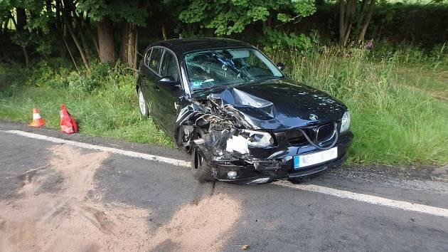 Na silnici mezi Chvalčí a Radvanicemi narazilo osobní auto do stromu.