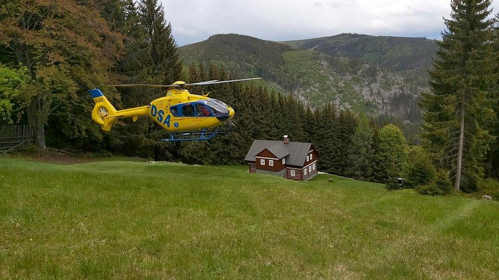 Vzhledem k terénu bylo vyloučené, aby žena mohla být šetrně dopravena k místu přistání vrtulníku. Posádka jí proto naložila do podvěsu a spolu s lékařem LZS s ní přeletěla na místo, kde mohli bezpečně přistát.