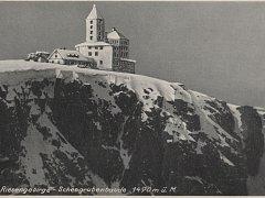 Kniha Martina Bartoše mapuje historii bezmála padesáti krkonošských bud. Na historickém snímku Bouda u Sněžných jam.