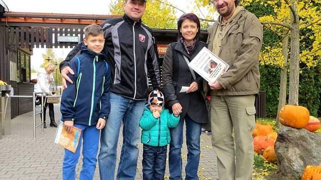 ZOO Dvůr Králové po sedmi letech znovu překročila hranici půlmilionové návštěvnosti! Návštěvníkem s pořadovým číslem 500 000 se stala paní Lenka Ledvinková.